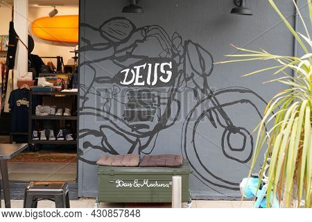 Bordeaux , Aquitaine France - 08 15 2021 : Deus Ex Machina Store Facade Wall Logo Text And Brand Sig