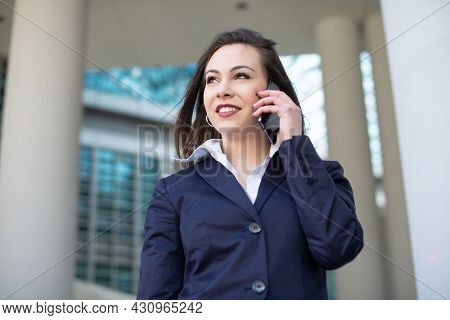 Young business woman talking on her mobile phone