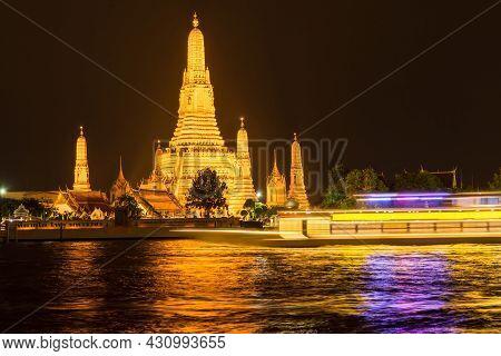 Bangkok,thailand - Oct 31,2019 : Beautiful Night View Of The Wat Arun, Locally Known As Wat Chaeng,