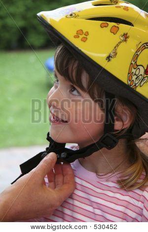 Kind mit Fahrradhelm In gelb