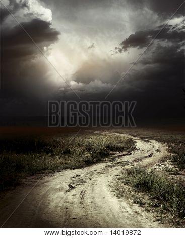 Camino rural y nubarrones de tormenta