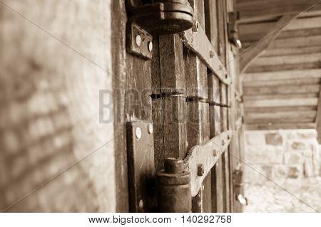 Verschlossene Türe an einem Schafstall in der Lüneburger Heide