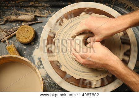 Closeup Hände arbeiten am Rad Tonwaren