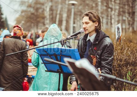 Russia, Siberia, Novokuznetsk - May 9, 2017: Musicians Sing Songs On The Street On Victory Day