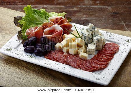insalata con formaggio, olive, salame e parma prosciutto
