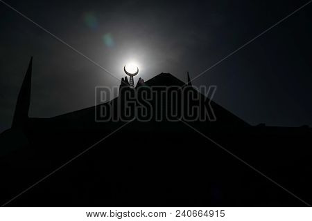 Contre-jour View Faisal Mosque In Islamabad, Capital Of Pakistan