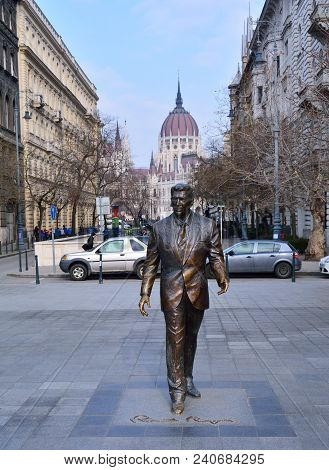 Budapest, Hungary - March 28, 2018: Statue Of The Former U.s. President Ronald Reagan On The Backgro