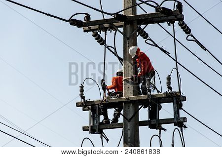 Technicians Are Repairing High Voltage Transmission Systems On The Power Poles.