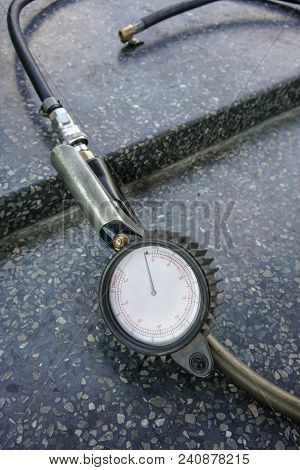 Professional Tyre Inflator Gauge Providing With A Handle To Inflate And A Pushbutton To Deflate.