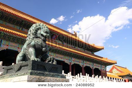 Stone lions and Hall of Supreme Har