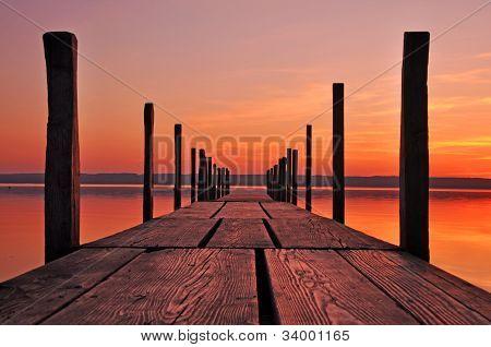 während des Sonnenuntergangs-Planke