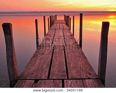 Plank während des Sonnenuntergangs