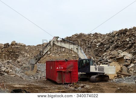 Large Excavator With Mobile Shears For Demolition And Scrap Processing. Reinforced Concrete Mobile S