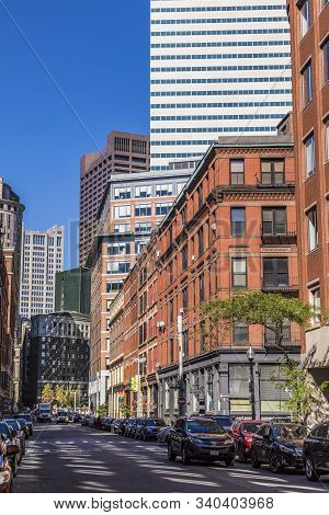 Boston, Usa - Sep 29, 2017: Streetlife Downtown Boston With Mixture Of Old And Modern Skyscraper In