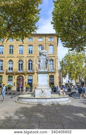 Aix En Provence, France - Aug 11, 2017: Statue In Aix-en-provence Of King Rene Holding The Muscat Gr