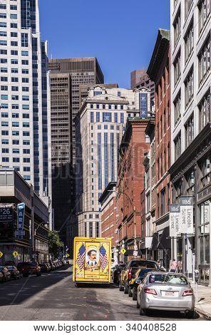 Boston, Usa - Sep 29, 2017: Streetlife Downtown Boston. The Parcel Service Mason With Its Vintage Pa