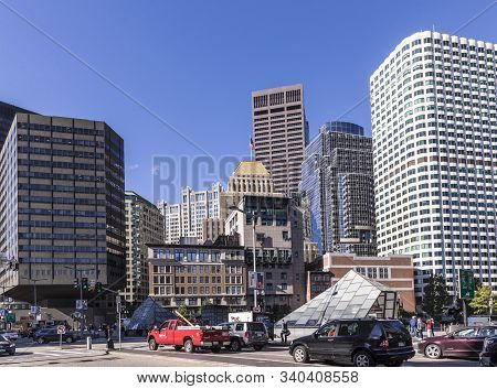 Boston, Usa - Sep 29, 2017: Streetlife Downtown Boston With Mixture Of Old And Modern Skyscraper  An