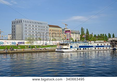 Berlin, Germany - April 22, 2018: Banks Of The River Spree With Jung People Enjoying The Warm Day, P