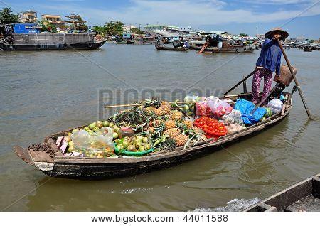 Vietnamese sellers at Can Tho floating market, Mekong Delta, Vietnam