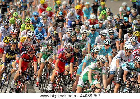 Barcellona - 24 marzo: Pack della corsa ciclisti durante la corsa ciclistica del giro di Catalogna attraverso t