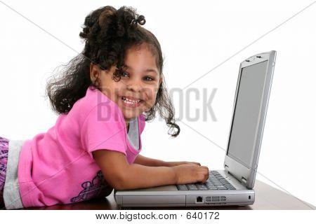 Peuter meisje In roze met Laptop