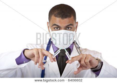 Gek medische arts met injectie, stethoscoop en masker