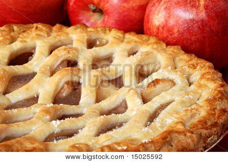 Frisch gebackenen Apfelkuchen mit Äpfeln im Hintergrund.  Makro mit shallow Dof.
