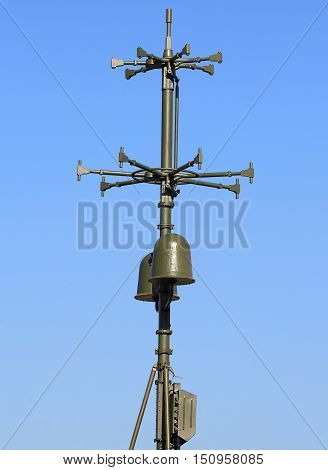 Antenna direction finder with identification device on the background of sky
