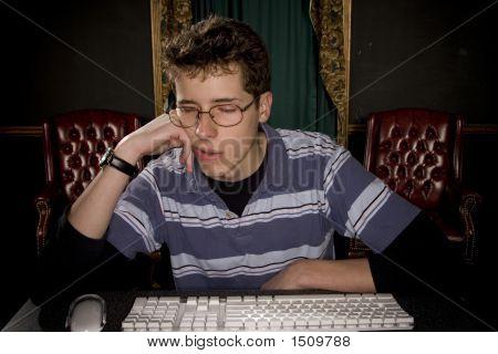 Sueño adolescente en la computadora