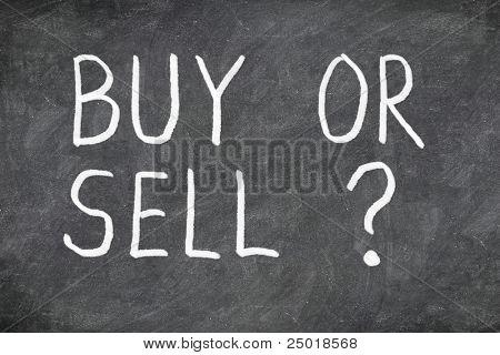구매 또는 판매 하는 칠판에 질문. 구입 또는 판매 하는 물음표입니다. 금융, 경제, 주식 또는 실제
