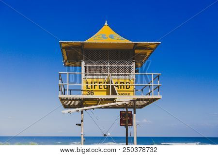 Gold Coast, Australia - January 15th, 2015: Iconic Yellow Lifeguard Hut On The Beach In Surfers Para