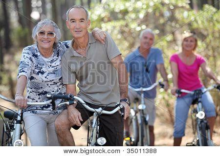 ältere Menschen, die ihre Fahrräder