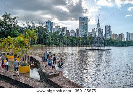 Londrina Pr, Brazil - December 23, 2019: People At The Spillway Of The Igapo Lake 2, Higienopolis Av