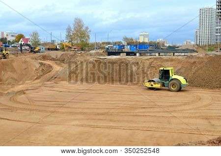 Vibration Single-cylinder Road Roller Leveling The Ground For The Construct Of The Foundation For Re
