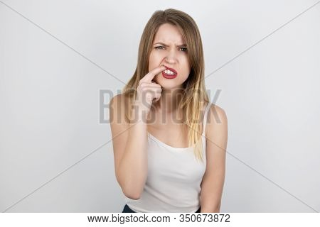 Young Beatuiful Blond Woman Standing On Isolated White Background Suffering From Sudden Gum Pain, He