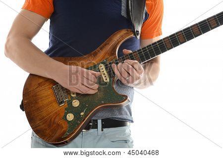 Romp van de mens spelen gitaar geïsoleerd op witte achtergrond