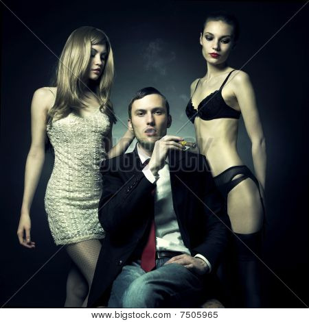 schöner Mann und zwei Frauen