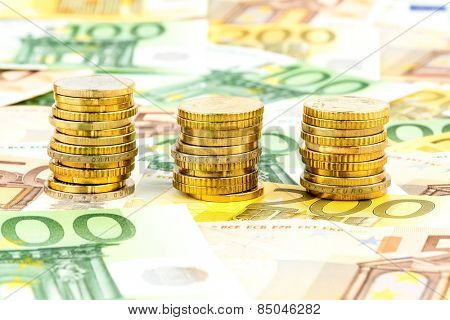 three piles of coins, symbolic photo for financial planning, investment and interest income