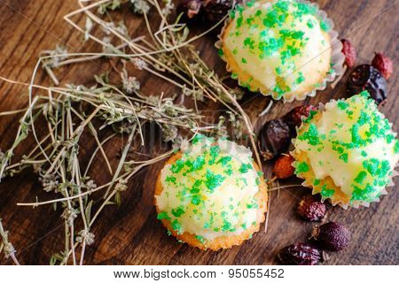 Muffins with thyme and dry cankerberry