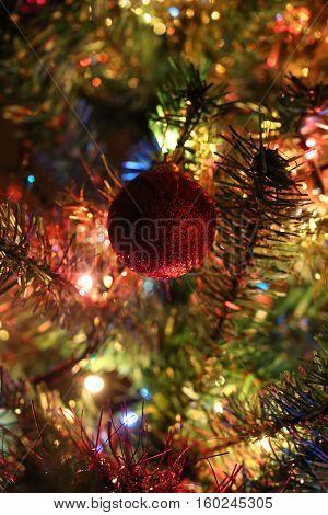 Bola de navidad roja con fondo colorido.