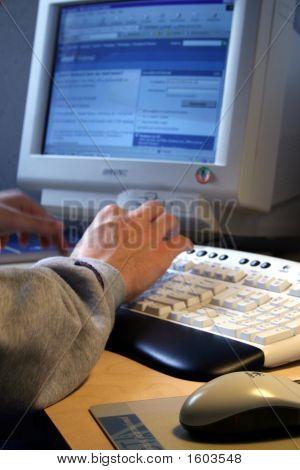Person sitzt vor computer