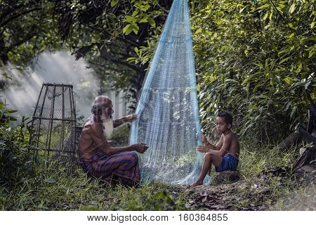 Fisher taught to make fishing nets .