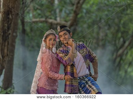 The men and women in Muslim dress .