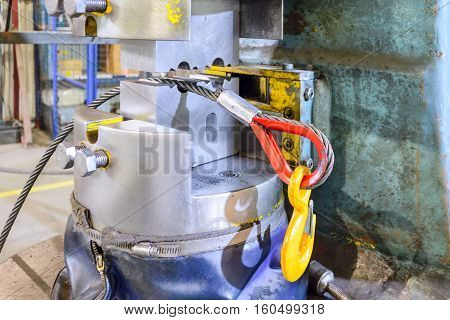 The end of the steel sling to the load hook. After the pressing operation. Manufacture of lifting devices.
