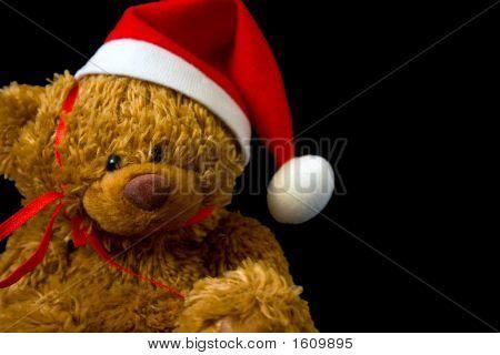Oso de peluche de Navidad cerca sobre fondo negro