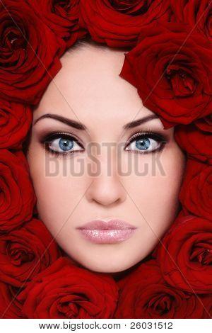 close up Shot young beautiful Woman Gesicht mit roten Rosen um