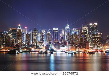 Mordern nocturna de ciudad. Skyline de Manhattan Times Square de Nueva York en el panorama de la noche sobre el Hudson
