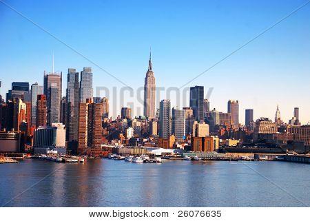 Города Нью-Йорка Skyline реку Гудзон с лодок и небоскребов.