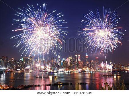 Нью-Йорк Сити - 4 июля: День независимости Манхэттен фейерверк шоу в реку Гудзон как ежегодный традиционный