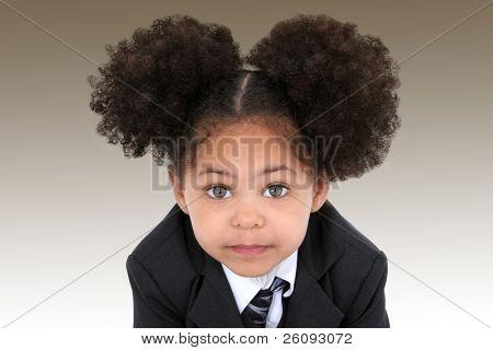Nahaufnahme von einer schönen kleinen geschäftsfrau in Jacke und Krawatte. große Hasel Augen.